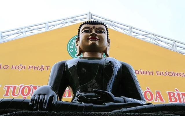 Pho tượng thể hiện hình mẫu Đức Phật Thích ca uy nghiêm, cao 2,54 m, nặng 4 tấn.