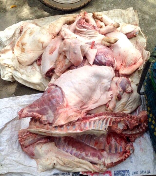 Một thùng thịt heo được mở ra kiểm tra, Đoàn kiểm tra ghi nhận số thịt heo này đã bốc mùi, không rõ nguồn gốc.