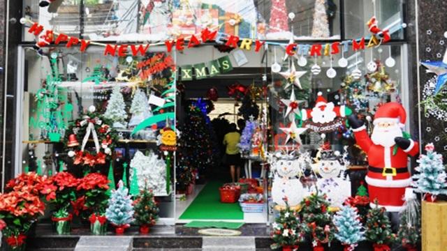 Một cửa hàng trưng bày kín đồ trang trí phục vụ Noel.