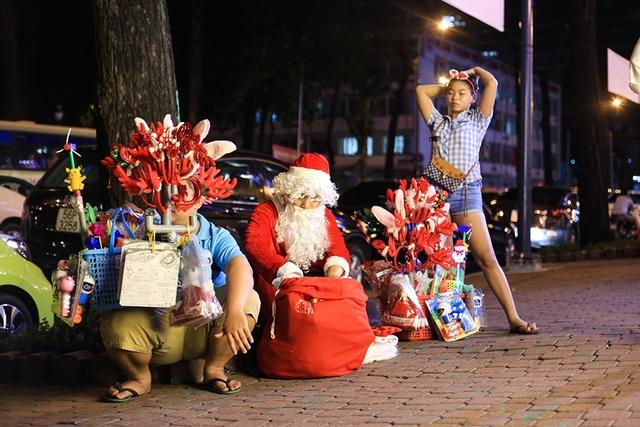 Thị trường đồ Giáng sinh: Sức mua tăng từng ngày, mỗi ngày tiếp hàng trăm khách - 6