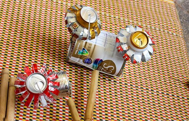 Một món đồ chơi được làm từ lon sữa, lon bia được các em nhỏ vùng quê Đồng Tháp yêu thích.