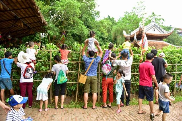 Chương trình diễn ra vào ngày nghỉ cuối tuần nên lượng người tham gia khá đông, nhiều phụ huynh phải kiệu con nhỏ lên cao để có thể theo dõi từ xa.