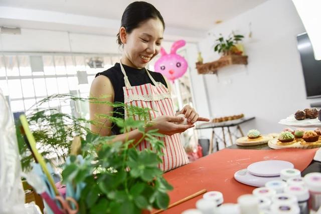 Bánh ngọt kiểu wagashi được chị Thu (Hoàng Mai, Hà Nội) làm sau khi học được từ Nhật Bản - quê hương của loại bánh nổi tiếng đẹp mắt và ngon này. Vào dịp Trung thu, chị Thu làm bánh wagashi để có thêm lựa chọn bên cạnh các loại bánh truyền thống.