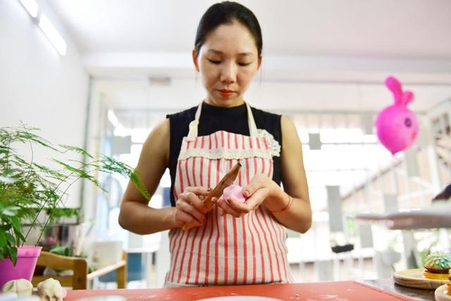 Khâu đặc biệt nhất trong quá trình làm bánh là lúc tạo hình. Mọi chi tiết đều dược làm thủ công bằng tay, không sử dụng khuôn đúc như các loại bánh thông thường.