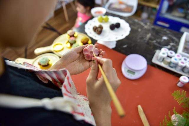 Đường nét hoa văn, hoạ tiết là đặc điểm quan trọng của bánh kiểu wagashi. Chúng được làm khá tỉ mẩn, người thực hiện cũng phải hiểu được tinh thần của loại bánh truyền thống Nhật Bản nổi tiếng này.