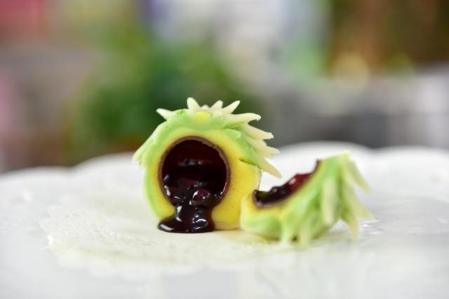Lát cắt một chiếc bánh wagashi nhân đậu đỏ.