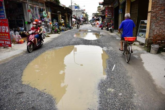 Mỗi khi trời mưa, mặt đường đọng nhiều vũng nước lớn.