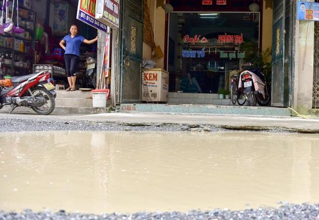 Nhiều vũng nước lớn khiến người dân ở khu vực chợ Vác (xã Dân Hoà) ví von như là ao trên mặt đường. Thậm chí, có những lúc nước ngập đến ngang mặt nền nhà.