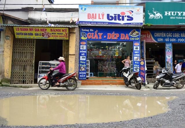 Tình trạng nước đọng trên mặt đường được xác định do không có hệ thống cống thoát nước tương xứng.