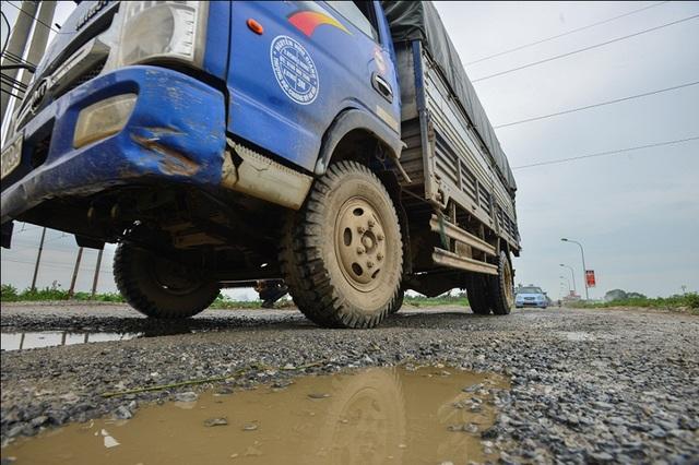Trước tình trạng đường xuống cấp gây khó khăn trong việc đi lại, người dân đã kiến nghị chính quyền có biện pháp tu sửa.
