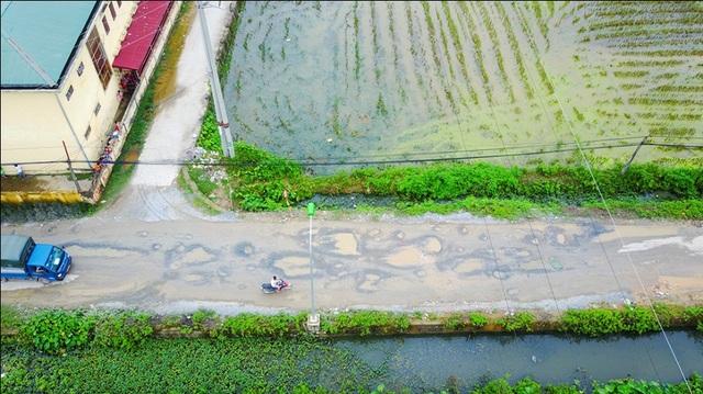 Hà Nội: Đường liên xã nham nhở, đọng vũng nước như ao - 9