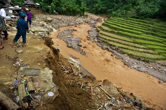 Càng vào sâu bên trong vùng đang còn bị cô lập, tình trạng đồi núi sạt lở vì lũ càng nghiêm trọng.