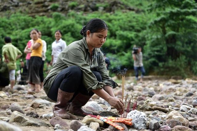 Người phụ nữ thắp hương cho người xấu số. Tới thời điểm hiện tại, huyện Đà Bắc tạm thống kê mưa lũ khiến 5 người chết, 5 người mất tích, 21 nhà bị sập hoàn toàn.