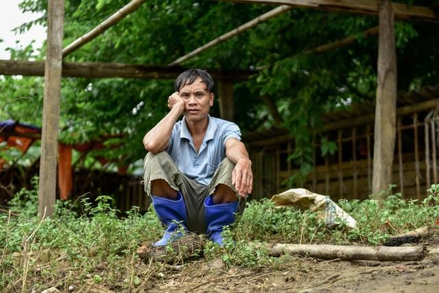 Tại xã Suối Nánh, người đàn ông ngồi thất thần nhìn xuống dòng suối đã cuốn phăng nhà và toàn bộ tài sản, gia súc.