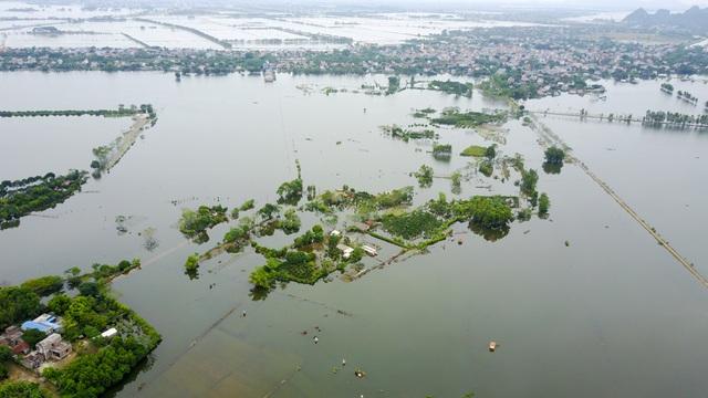 Sau nhiều ngày nước lũ dâng cao, một số xã thuộc huyện Mỹ Đức (Hà Nội) vẫn ngập sâu.