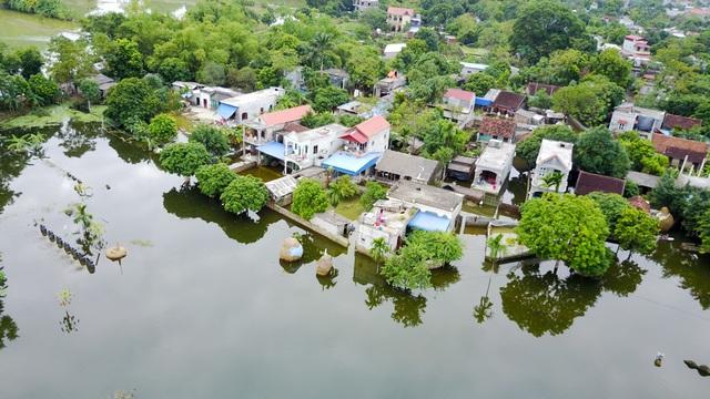 Ngày 19/10, khu dân cư ở thôn La Đồng (xã Hợp Tiến) vẫn mênh mông nước.