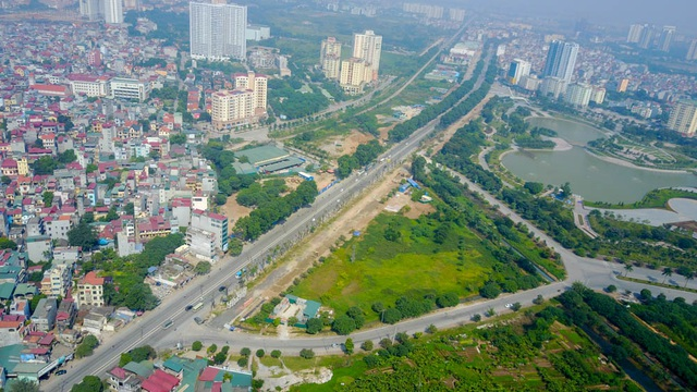 Ngày 18/10, hàng cây xanh trên đường Phạm Văn Đồng bắt đầu đượcđánh chuyển, chặt hạ để lấy mặt bằng thi công dự án mở rộng đường vành đai 3 đoạn từ Mai Dịch đến cầu Thăng Long. Có tổng cộng 1.289 cây cần xử lý, trong đó đa số là cây xà cừ lâu năm.