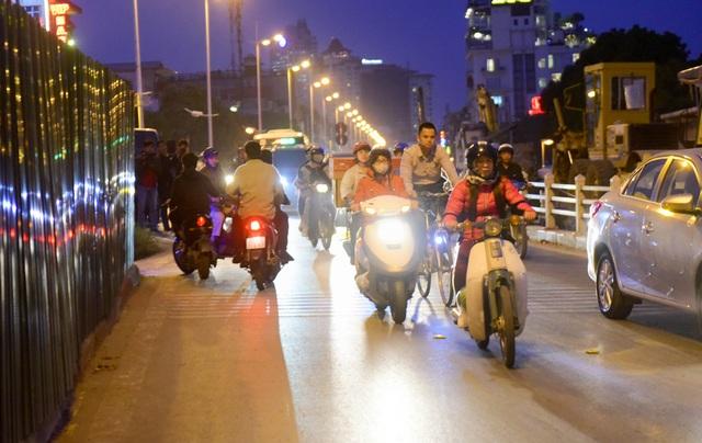 Mật độ phương tiện giao thông qua đoạn đường này đặc biệt đông vào khung giờ từ 17h - 18h. Việc có phương tiện đi ngược chiều vào thời điểm này rất nguy hiểm và gây cản trở giao thông nghiêm trọng.