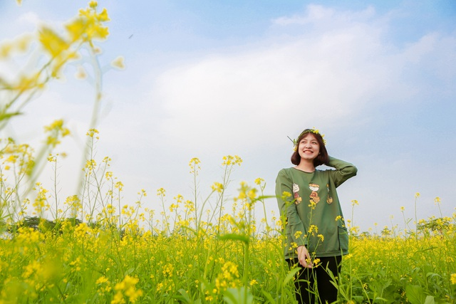 """Bạn Đào Thu Hương (sinh viên trường Học Viện Nông Nghiệp Việt Nam) cho biết: """"Năm nào em cũng đến vườn hoa này để chụp ảnh. Năm nay, tuy mới đầu vụ nhưng hoa đã nở đẹp. Sau giờ học, em cùng bạn bè đến đây để lưu giữ lại những tấm hình đẹp với hoa cải đầu mùa""""."""