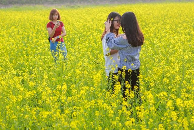 Các cô gái nghĩ ra muôn kiểu tạo dáng khác nhau để có được bức hình ưng ý nhất.