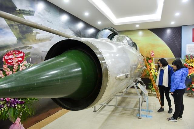 Một phần của máy bay MiG-21 đã bắn rơi B52 đêm ngày 27/11/1972 cũng được trưng bày trong triển lãm lần này.