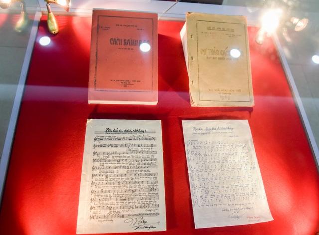 Nhiều tài liệu, sách quý được trưng bày tại triển lãm.