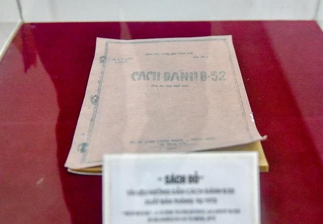 Đặc biệt, triển lãm công bố cuốn sách bìa đỏ Cách đánh B52 được in tháng 10/1972 của Bộ đội Phòng không - Không quân Việt Nam.