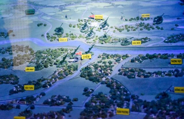 Tầng 2 của không gian triển lãm trưng bày mô hình sa bàn 3D tái hiện trận địa bảo vệ Hà Nội khi Mỹ mở chiến dịch Linebeker.