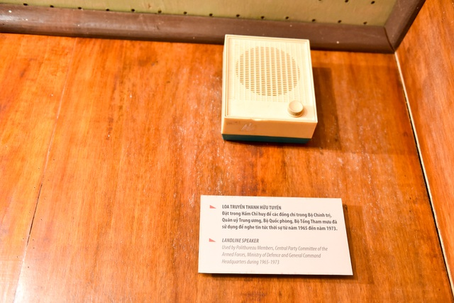 Loa truyền thanh hữu tuyến được đặt trong hầm chỉ huy để các đồng chí trong Bộ Chính trị, Quận ủy Trung ương, Bộ Quốc phòng, Bộ Tổng Tham mưu sử dụng để nghe tin tức thời sự từ năm 1965 đến năm 1973.