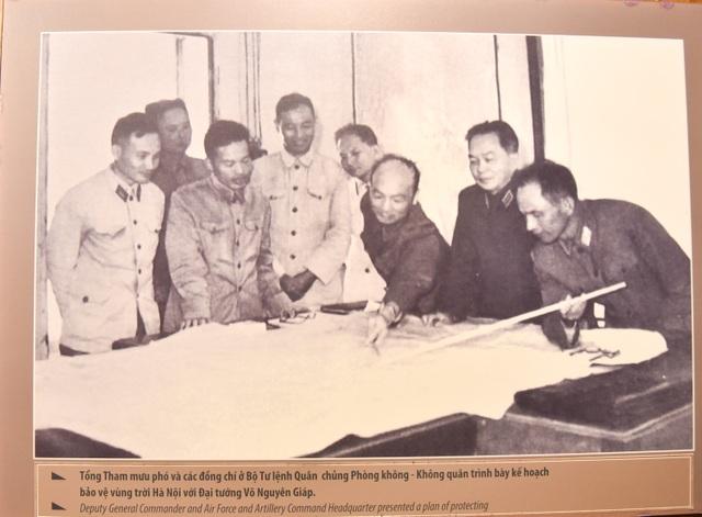 Bức ảnh được ghi lại khi Tổng Tham mưu phó và các đồng chí ở Bộ Tư lệnh Quân chủng Phòng không - Không quân trình bày kế hoạch bảo vệ vùng trời Hà Nội với Đại tướng Võ Nguyên Giáp.