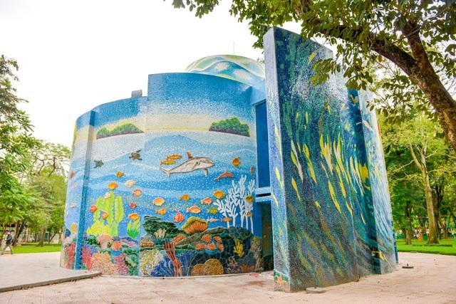 Sau gần 40 năm tồn tại, tòa nhà trở nên cũ kỹ theo thời gian, khách tham guan thưa thớt, gần như bị quên lãng. Mới đây, công trình đã được tu sửa, làm mới bằng cách ốp gốm tạo thành các bức tranh có chủ đề đại dương.