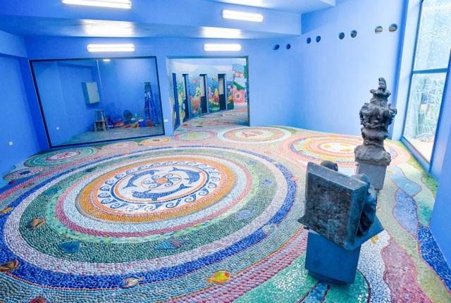 Phòng lớn đặt 3 bức tượng được Tiệp Khắc tặng khi hoàn thành nhà gương. Sau gần 40 năm, tượng vẫn giữ nguyên hình dáng ban đầu.