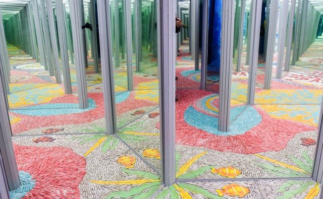 Mê cung ảo ảnh được tạo bởi 50 tấm gương đặt nối tiếp mang đến hình ảnh ảo giác thú vị cho người tham quan.