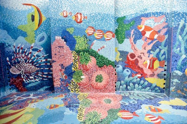 Các bức tranh gốm với những gam màu rực rỡ, tái hiện sống động khung cảnh đại dương và biển đảo.