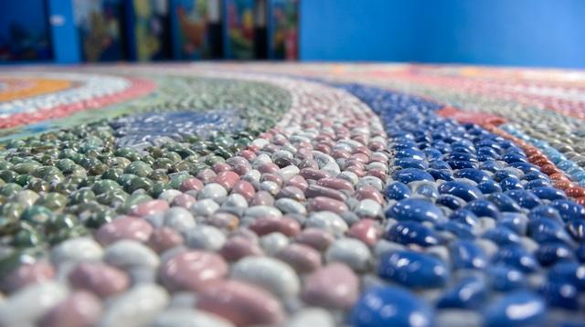 Khoảng hơn 2 triệu viên gốm được sử dụng với nhiều hình dạng, màu sắc khác nhau. Tổng diện tích gốm được gắn lên tường bên ngoài, bên trong và sàn của nhà gương lên đến 812 m2.