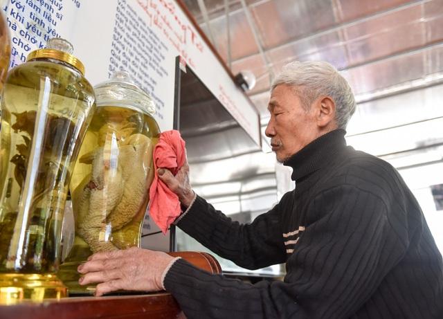 Đã có khách trả ông mỗi con gần 70 triệu đồng nhưng ông không bán. Đến khi gà đã quá già, ông quyết định đem ngâm rượu để lưu giữ lại.
