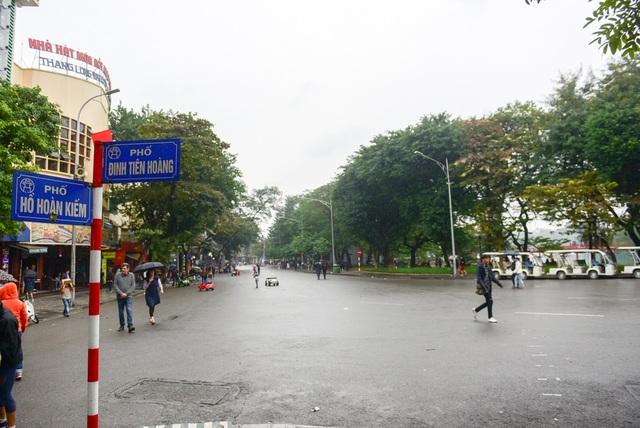 Khu vực xung quanh hồ Hoàn Kiếm và tượng đài Lý Thái Tổ vốn đông du khách lui tới vào mỗi dịp cuối tuần, hôm nay vô cùng thưa thớt người qua lại.