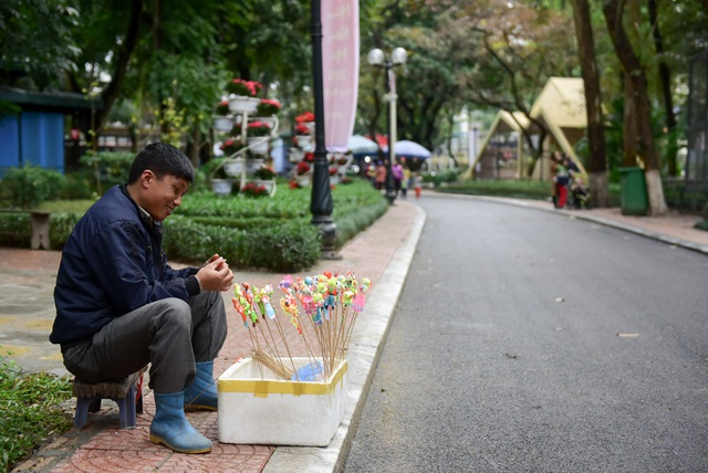 """Một người bán tò he trong công viên cho hay: """"Dịp Tết Dương lịch mọi năm đều rất đông, nhưng năm nay mưa rét nên công viên vắng khách là điều dễ hiểu""""."""
