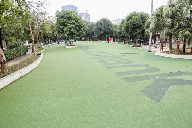 Thảm cỏ nhân tạo vốn là địa điểm yêu thích của các bạn nhỏ đến vui chơi, trong ngày đầu tiên dịp nghỉ lễ năm nay cũng vắng bóng người. Thời tiết mưa rét khiến nhiều gia đình hoãn kế hoạch vui chơi, giải trí tại khu vực công cộng.