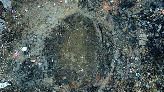 Vụ nổ tạo ra một hố sâu rộng khoảng 4m, dài 20m, sâu hơn 3m, nhiều nhà dân xung quoanh bị ảnh hưởng…