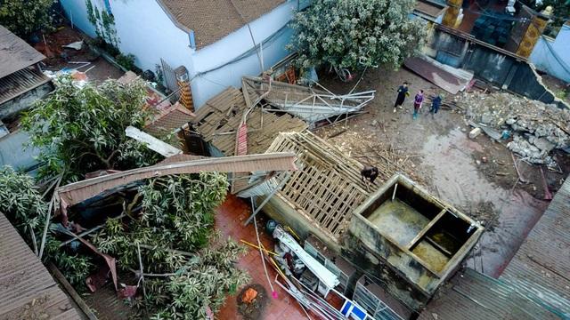 Ngôi nhà này cách hiện trường vụ nổ khoảng 60m, cũng bị ảnh hưởng nặng nề do sức ép của vụ nổ.