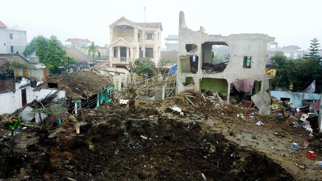 Những ngôi nhà gần kho phế liệu tơi tả như vừa trải qua một trận ném bom.