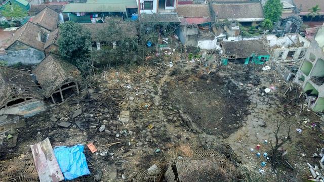 Xóm Giếng, nơi có kho phế liệu xảy ra vụ nổ, gần 2 ngày sau vụ nổ vẫn tan hoang, ngôn ngang vật liệu.