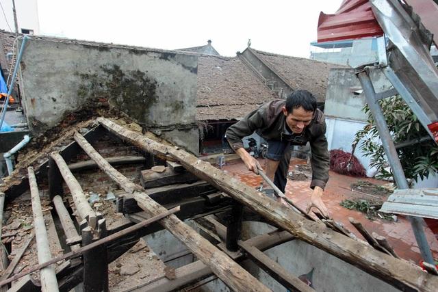 Người dân nhà gần kho phế liệu đang sửa mái nhà bị sức ép của vụ nổ thôi bay hết ngói.