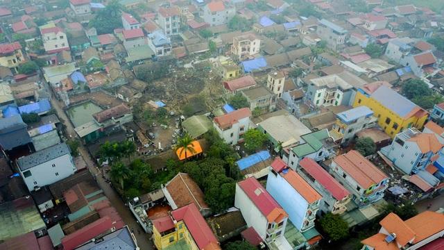 Làng Quan Độ vốn có nghề thu mua phế liệu và đúc xoong nồi. Nơi đây từng xảy ra nhiều vụ cháy, nổ và đã có người tử vong do cưa bom lấy phế liệu.