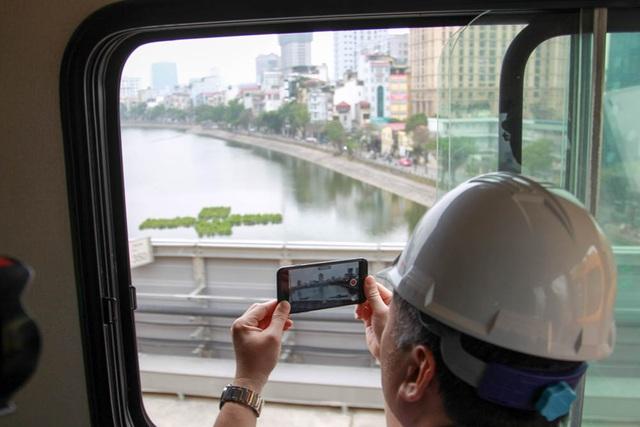 Đoàn tàu đi qua hồ Hoàng Cầu. Khách đi tàu có thể ngắm nhìn Hà Nội từ một góc mới lạ.