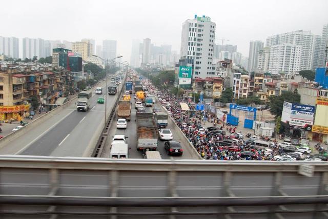 Đoàn tầu chạy qua đoạn ngã tư Nguyễn Trãi, nơi có tới 4 tầng đường giao cắt.