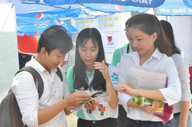 Một số bạn trẻ xem thông tin tuyển dụng