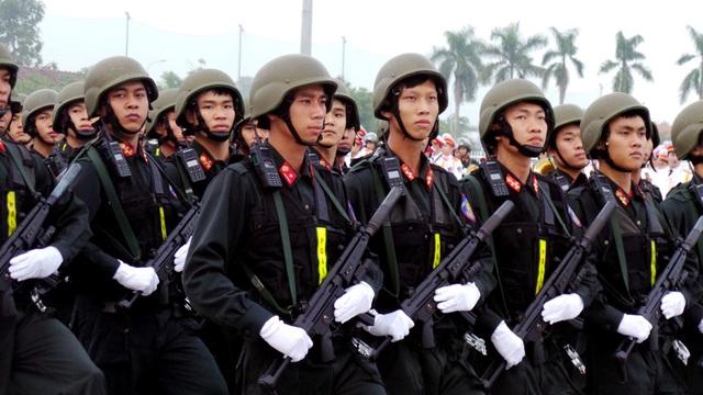 Tiểu đoàn Cảnh sát đặc nhiệm được trang bị súng MP5.