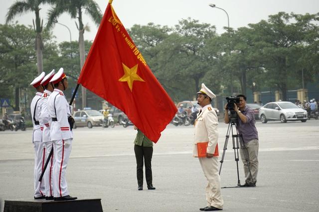 Trưởng ban Huấn luyện - Trung đoàn Cảnh sát cơ động (CATP Hà Nội) - tuyên thệ trước cờ Quyết chiến - Quyết thắng!
